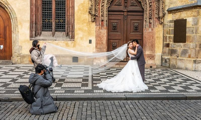 In den meisten Fällen sind die auf der Hochzeit entstandenen Bilder gar nicht zu klein, sie wurden nur nachträglich verkleinert.  (Foto: Shutterstock-_Paopano)