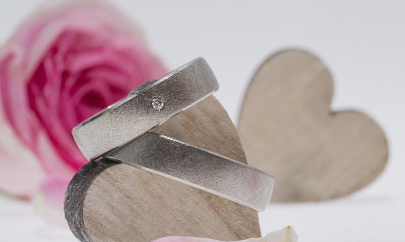 Palladium Eheringe gelten als der neueste Trend und haben durchaus Vorteile. ( Foto: Shutterstock- dmdartworx2016 )