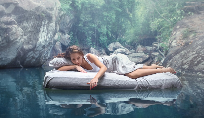 Der Boom bei Wasserbetten ist nahezu vorbei, dennoch gibt es freilich noch Paare, die diese schön finden und sich ein solches Bett ins Schlafzimmer holen.  ( Foto: Shutterstock-oOhyperblaster )