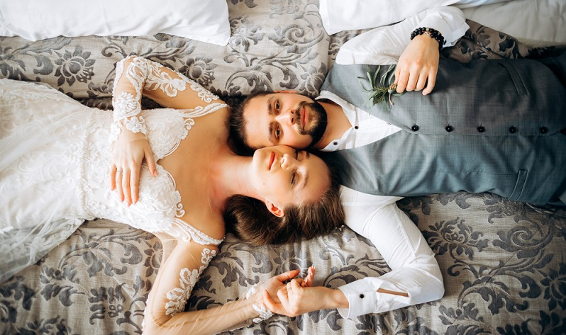 Wer nicht gerade nach der Hochzeitsfeier auswärts übernachtet, weiht nun als frisch vermähltes Paar das Ehebett ein.  ( Foto: Shutterstock-Leojuli)