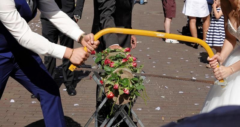 Manche Hochzeitsbräuche halten sich ewig! So auch der Brauch, bei dem ein Baumstamm zersägt wird. ( Foto: Shutterstock- geogif  )