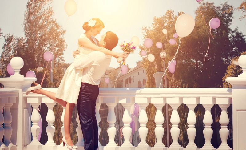 An die Luftballons kommen kleine Kärtchen, auf die gute Wünsche geschrieben werden. ( Foto: Shutterstock- Kuznetcov_Konstantin)