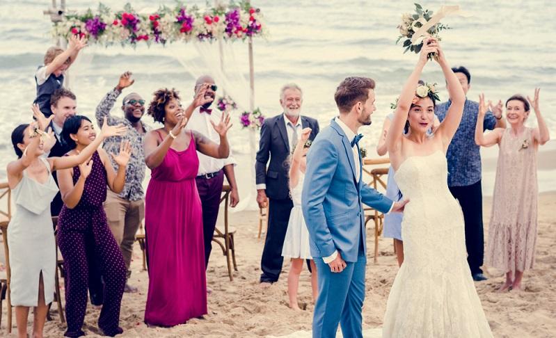 Auch dieser Brauch zur Hochzeit dürfte wohlbekannt sein. Wirft die Braut am Ende des Abends ihren Brautstrauß, wird die nächste Braut bestimmt: Diejenige, die den Strauß fängt, soll die Glückliche sein. ( Foto: Shutterstock- Rawpixel.com  )