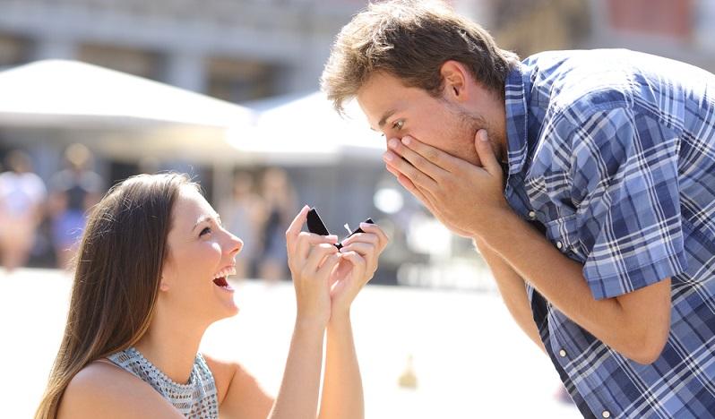 Hier treffen Welten aufeinander! Wenn der Heiratsantrag Frau an Mann geht, wird mit allen traditionellen Bräuchen gebrochen. (Foto: Shutterstock-_ Antonio Guillem )
