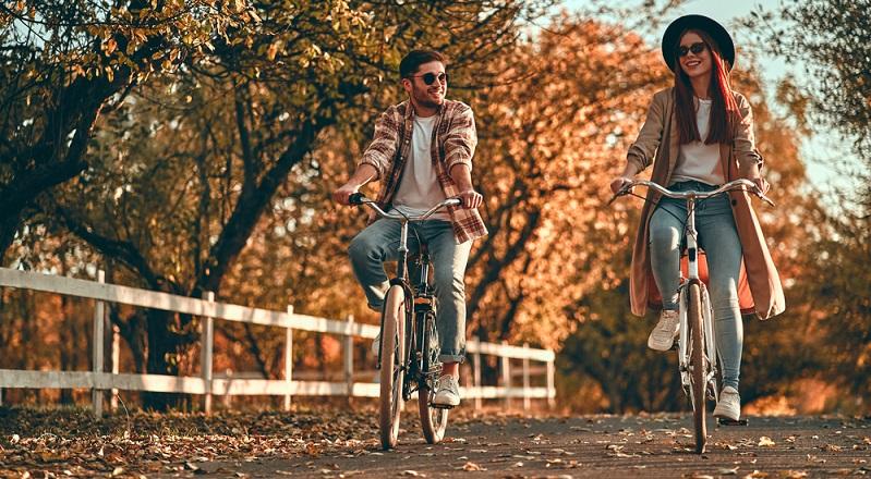 Spaß zusammen haben, miteinander reden, gute Grundlagen für Ewige Treue. ( Foto: Shutterstock-4 PM production )