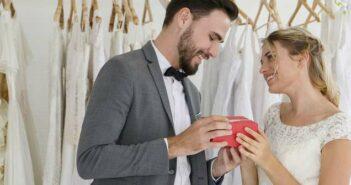 Braut beschenkt Bräutigam und umgekehrt: Tipps für tolle Hochzeitsgeschenke ( Foto: Shutterstock - TuiPhotoEngineer )_