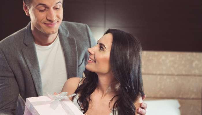 Schön ist es, wenn der Bräutigam auch ein Geschenk für die Braut hat. ( Foto: Shutterstock-  Olena Yakobchuk )