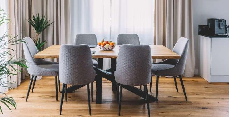 Der Esstisch ist das Herzstück des Esszimmers und bringt alle Personen eines Haushalts zu den Mahlzeiten zusammen. ( Foto: Shutterstock- PHOTOCREO Michal Bednarek )