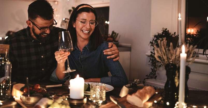 Wer feststellt, dass es beim Essen doch zu dunkel ist, kann auf romantische Kerzen setzen oder ganz einfach zusätzliche Stehlampen integrieren. ( Foto: Shutterstock - Flamingo Images)